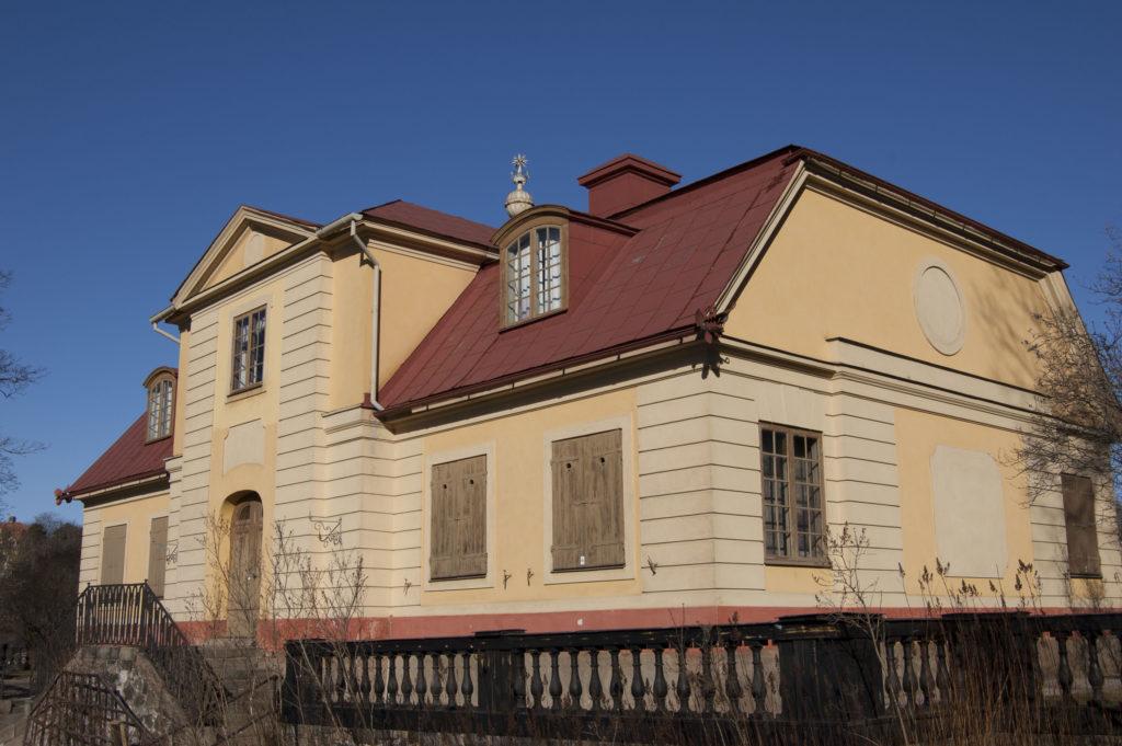 Sommarnöjet Svindesvik i Nacka ritades av Carl Hårleman på 1740-talet. Putsen ströks i den högmoderna färgen gult.