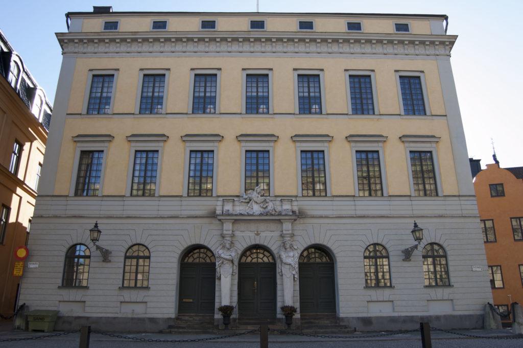 Slottsarkitekt Nicodemus Tessin d.y. lät bygga detta ockragula palats till sig själv vid sekelskiftet 1700. Huset fungerade som en förebild för invånarna i Stockholm att måla sina hus gula. I dag är Tessinska palatset landshövningens residens.