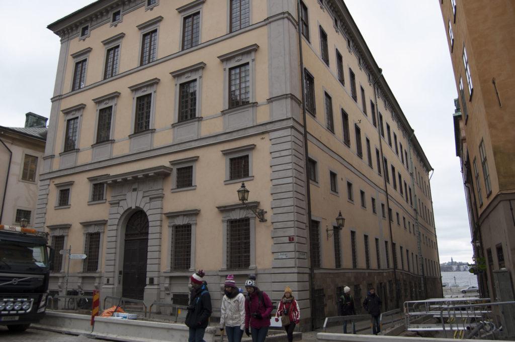 Ljusa nyanser av gult och grått. Södra Bancohuset på Järntorget i Gamla stan byggdes 1675-1682 för Sveriges riksbank och infärgades med gul kalkputs.