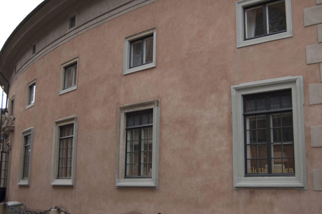 Just nu pågår en omfattande fasadrenovering av Stockholms slott som beräknas ta 25 år. På den färdigrenoverade kommendantflygeln kan man se den varmrosa färg som hela slottet så småningom kommer att få.