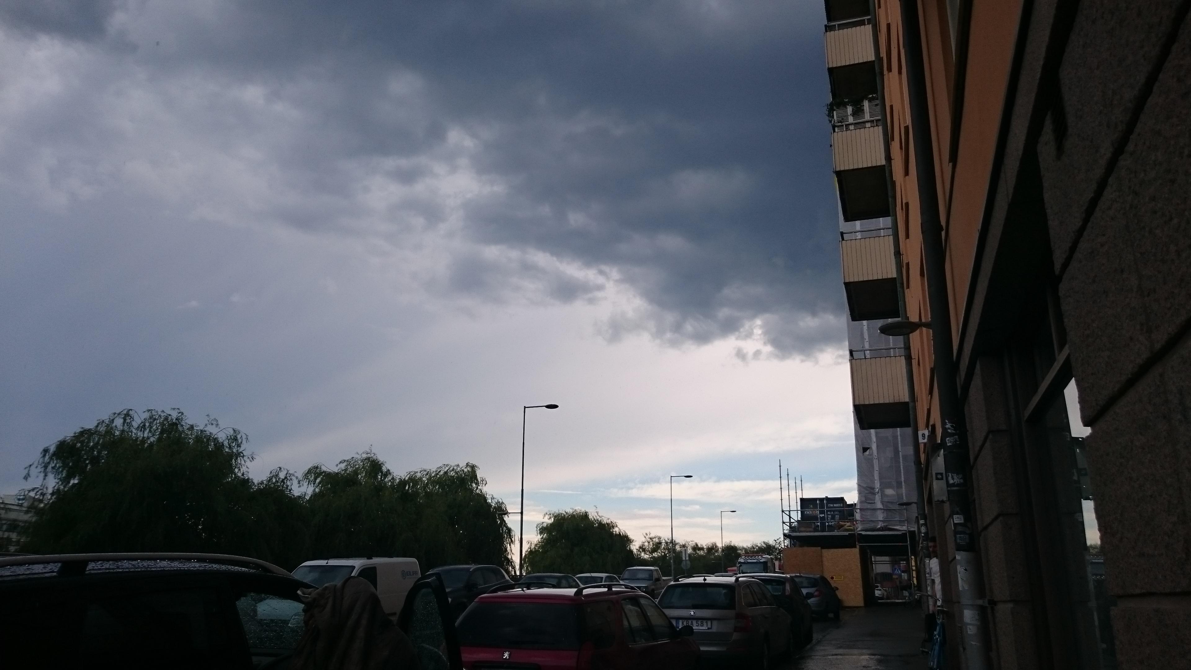 ...då ett mörkt moln plötsligt drog in...