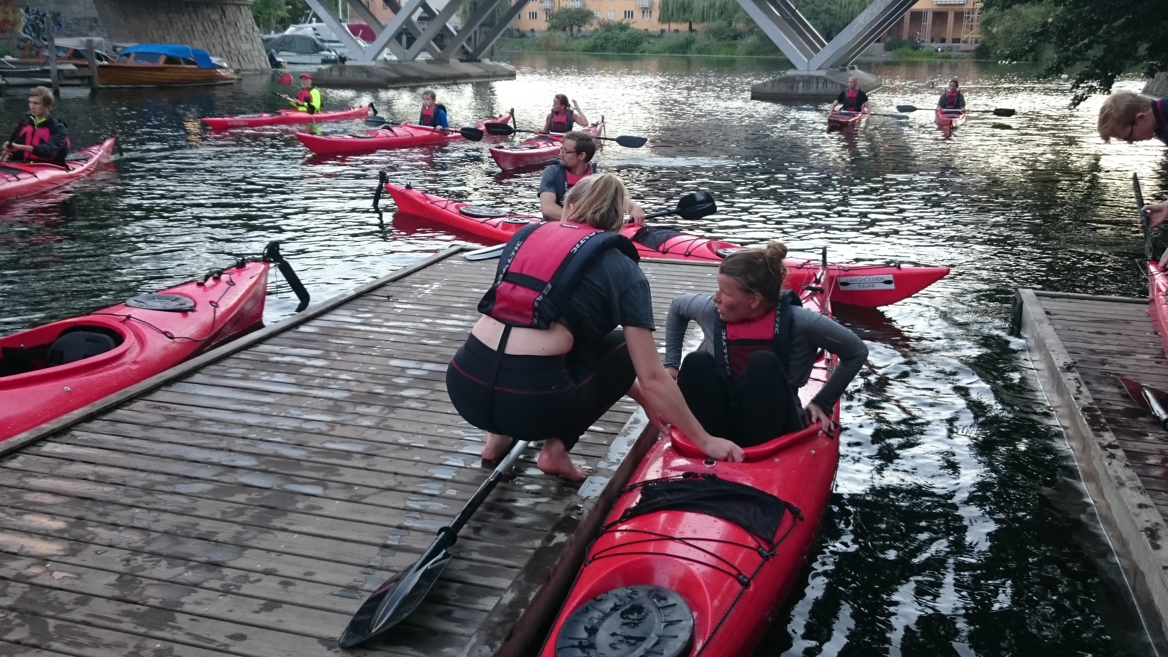Efter två timmars kurs inklusive paddling runt Långholmen är gruppen tillbaka vid bryggan.