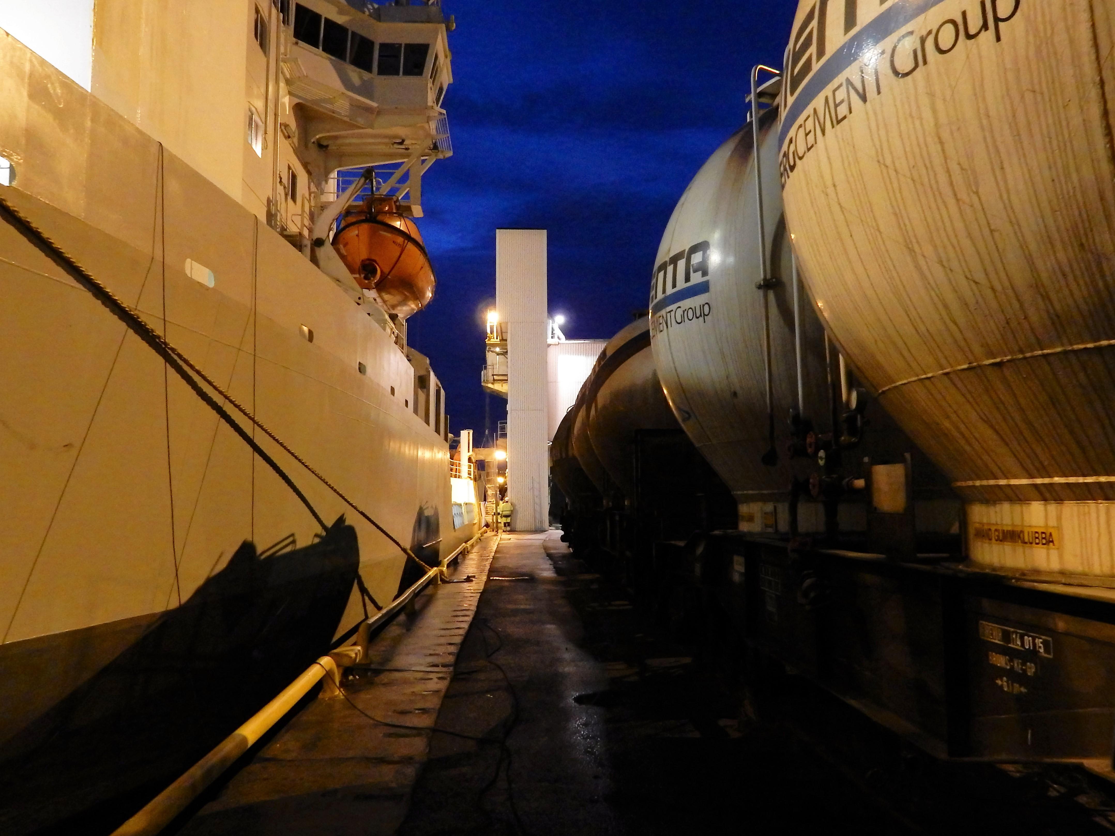 Cementas industrispår går till Älvsjö där de ansluter till stambanan.