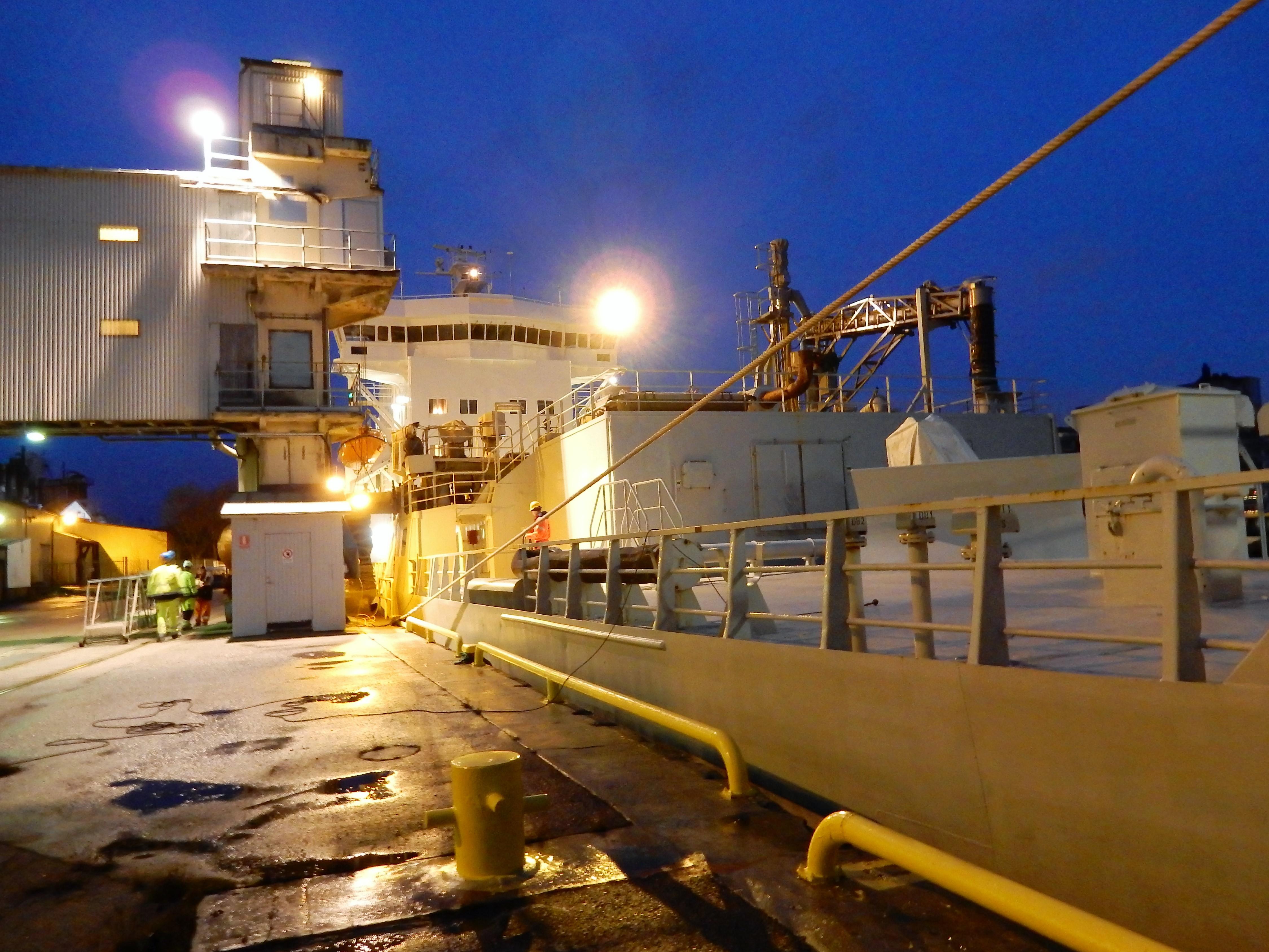 Envik med cement från Öland har just lagt till