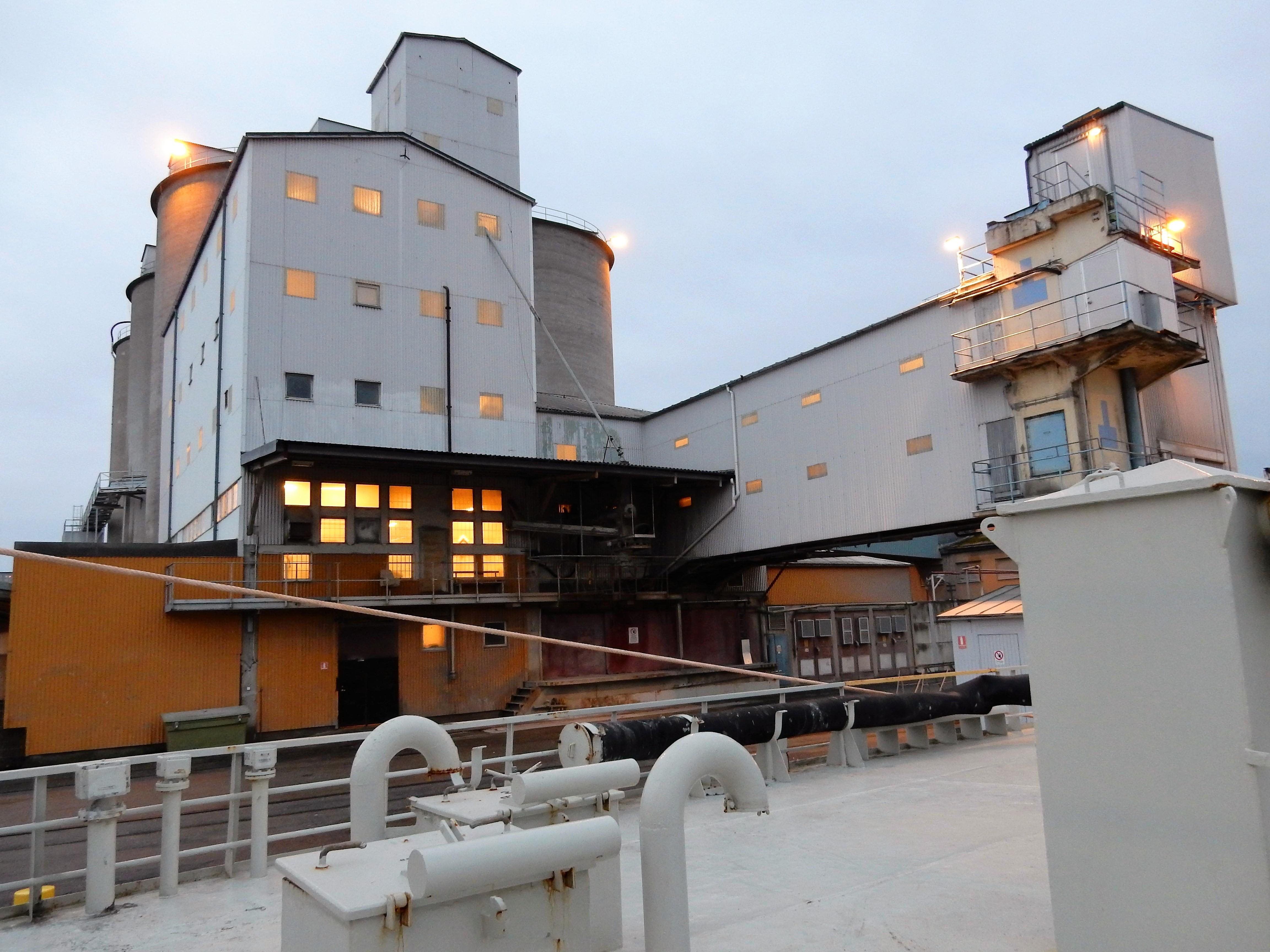 Cementfabriken sedd från båten
