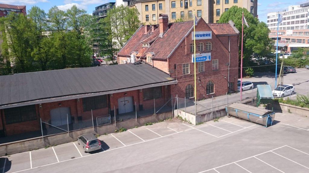 Liljeholmens godsstation stod klar 1910 och inhyste förråd, personal och bostad för expeditionsföreståndaren.