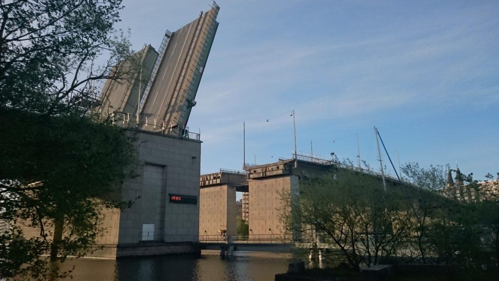 Liljeholmsbron öppnas via fjärrstyrning från Hammarbyslussen.