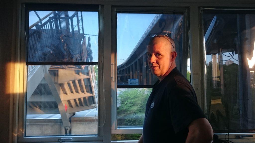 Mats Collin öppnar Skansbron från brotornet. Här uppe är det så nära att man inte kan ha fönstret öppet när broklaffarna går upp.