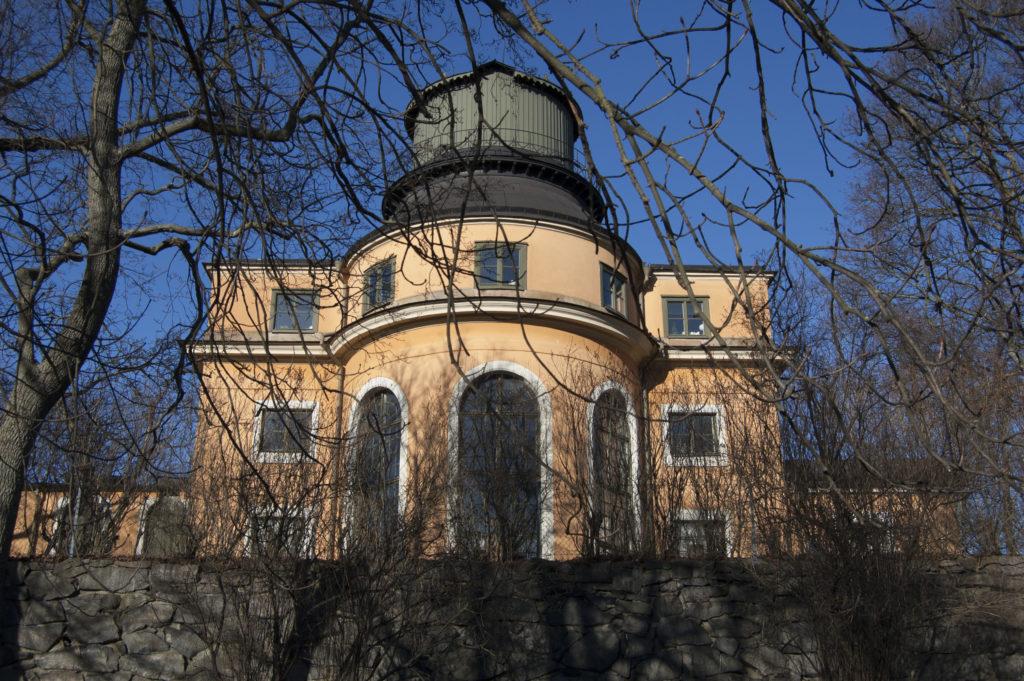 Som ett smycket tronar Carl Hårlemans observatorium högst uppe i Observatorielunden. Det byggdes 1748-1753 och fägades gulrosa med hjälp av järnvitriol.