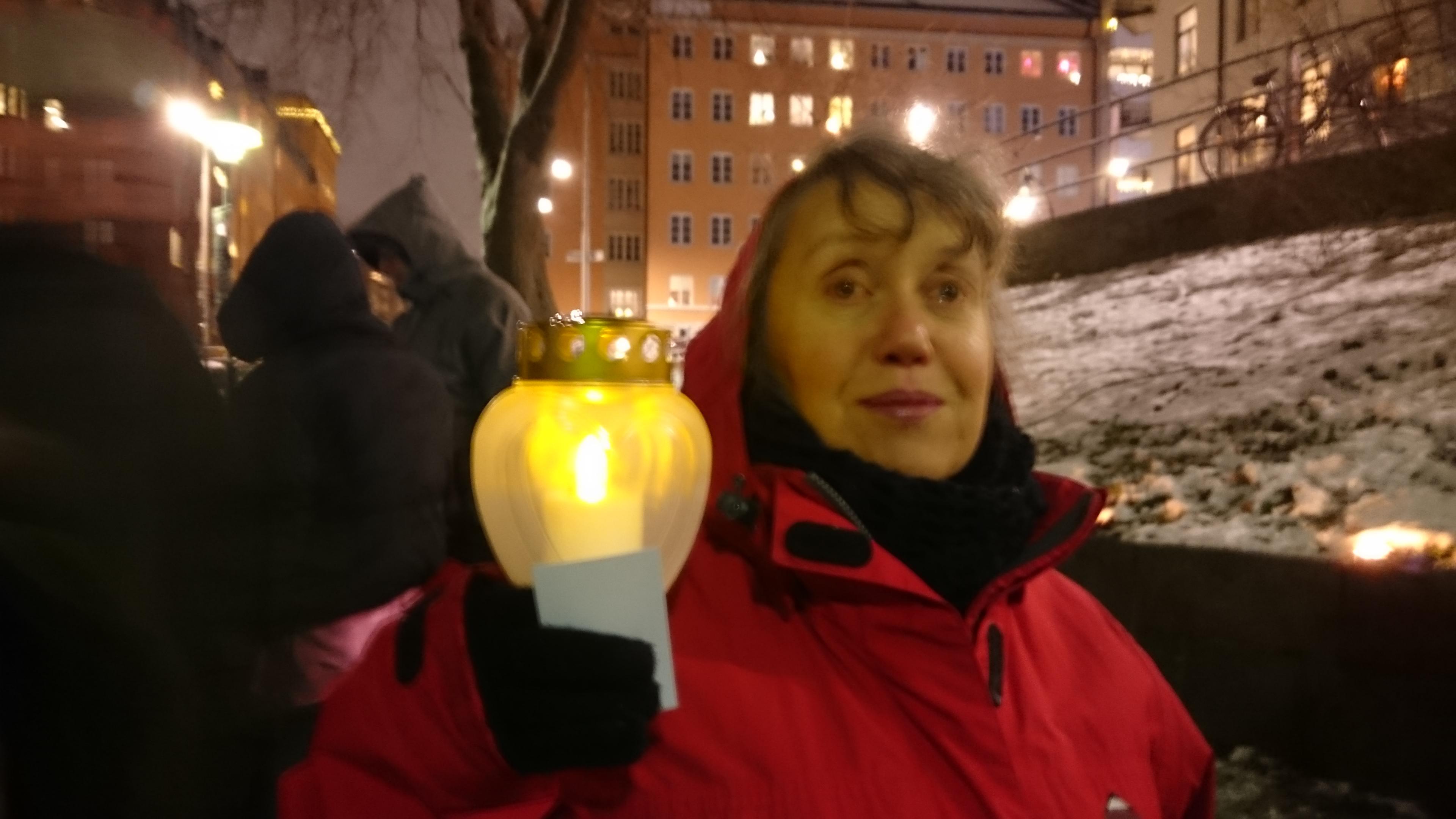 Anna-Karin Thuresson, Slipgatan, deltar i en ljusmanifestation för att rädda Liljeholmsbadet.